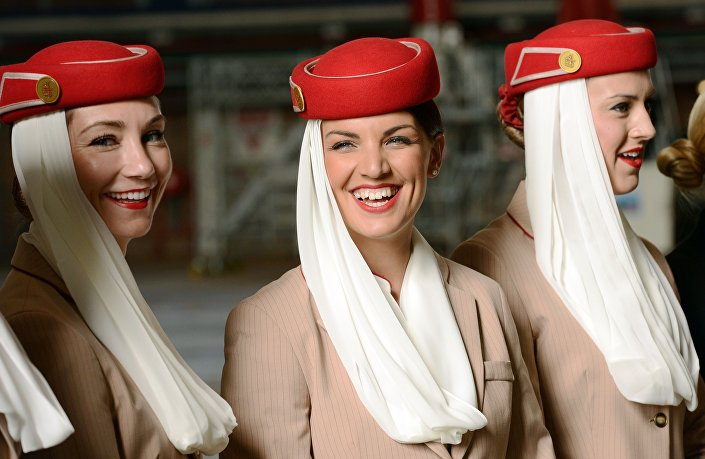 Pro stevardky Emirates byla navržena evropská varianta hidžábu