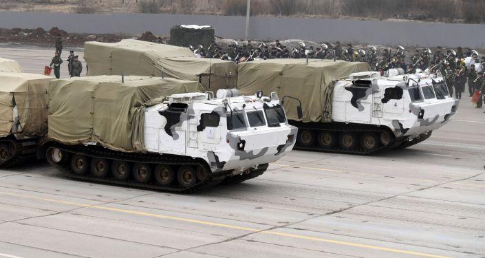"""Pancíř-SA na základě dvousložkových pásových terénních vozidel DT-30 """"Vítěz"""