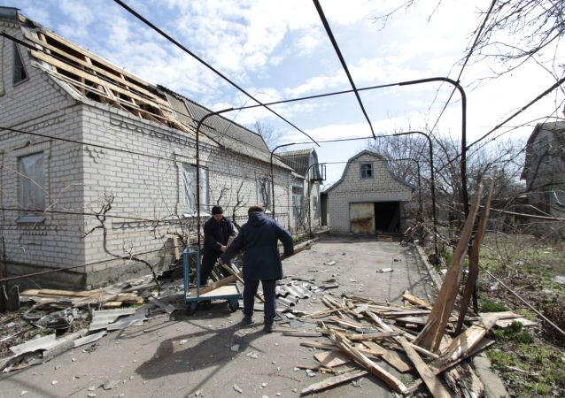 Následky ostřelování obce Jasnoje v Doněcké oblasti