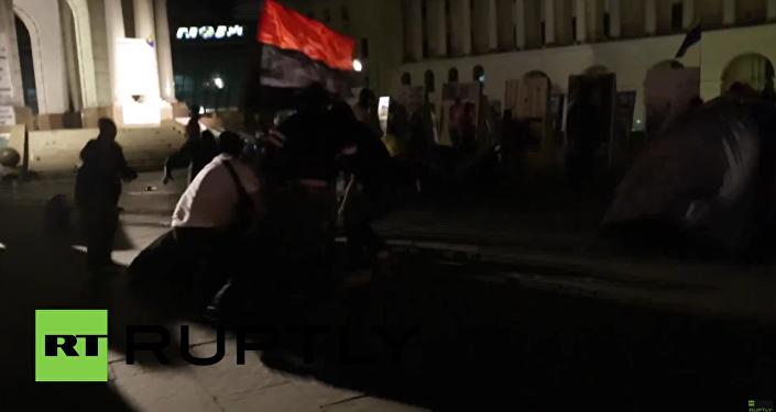 Neznámé osoby v maskách zaútočily na tábor protestujících na Majdanu