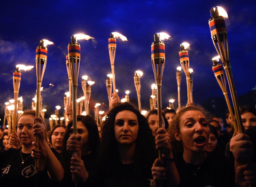 Pochodňové procesí v Jerevanu na památku obětí genocidy Arménů