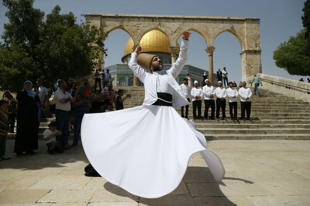 Turecký derviš tančí před mešitou Kupole Skály v Jeruzalému