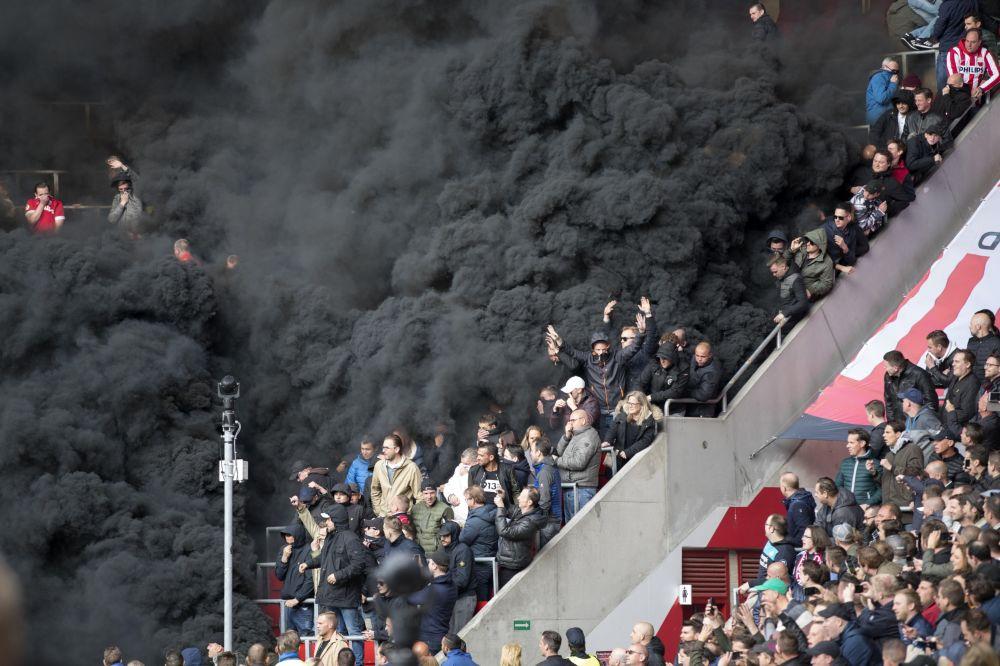 Černá kouř na tribunách během fotbalového utkání v Eindhovenu, Nizozemí