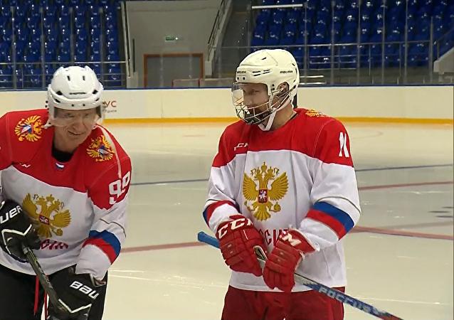 Putin se zúčastnil hokejového tréninku v Soči. Video