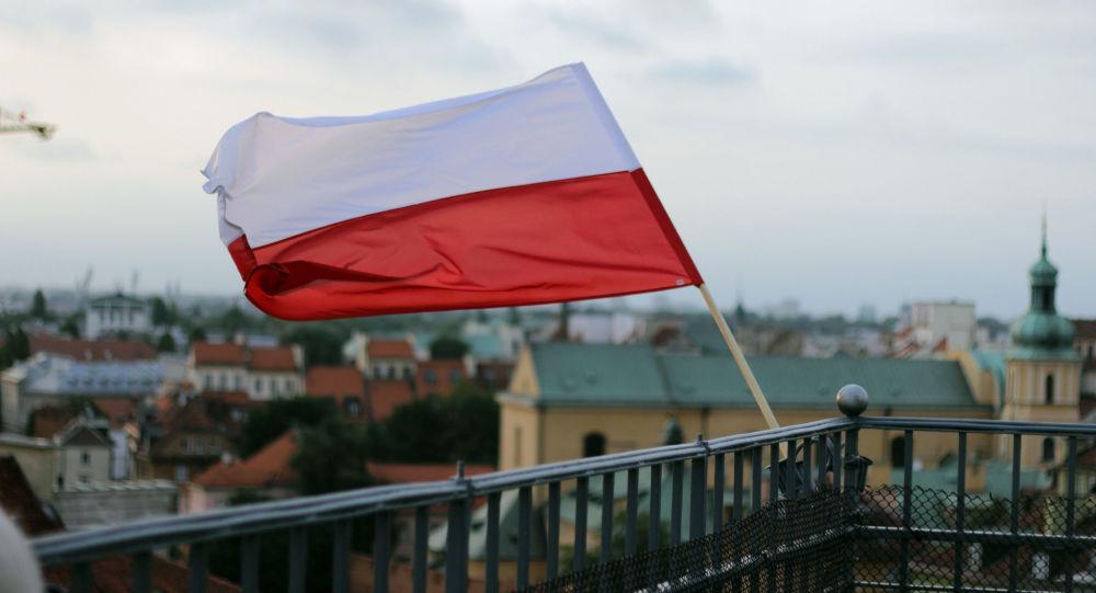 Polská vlajka na pozadí Varšavy