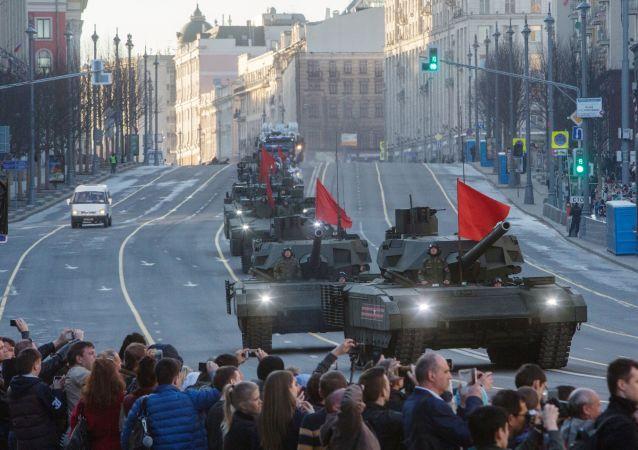 Tanky T-14 Armata během zkoušky přehlídky Vítězství