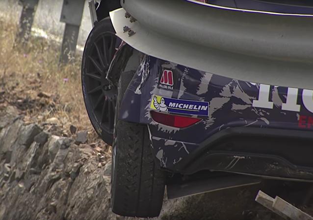 Polský automobilový závodník jen zázrakem nespadl během rallye ze skály