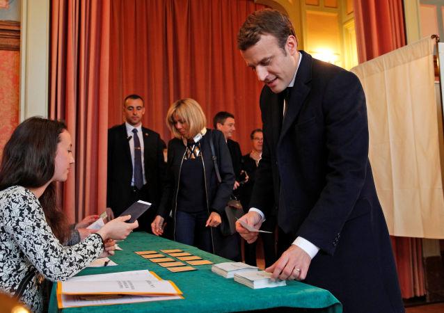 Kandidát na prezidenta Francie, exministr ekonomiky a vůdce hnutí Vpřed Emmanuel Macron