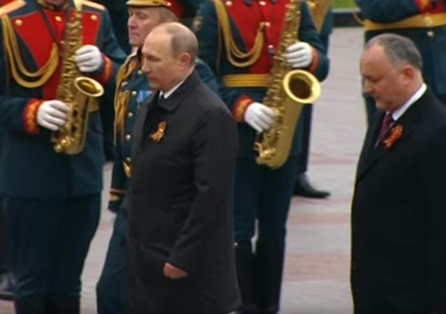Putin položil květiny ke Hrobu neznámého vojína