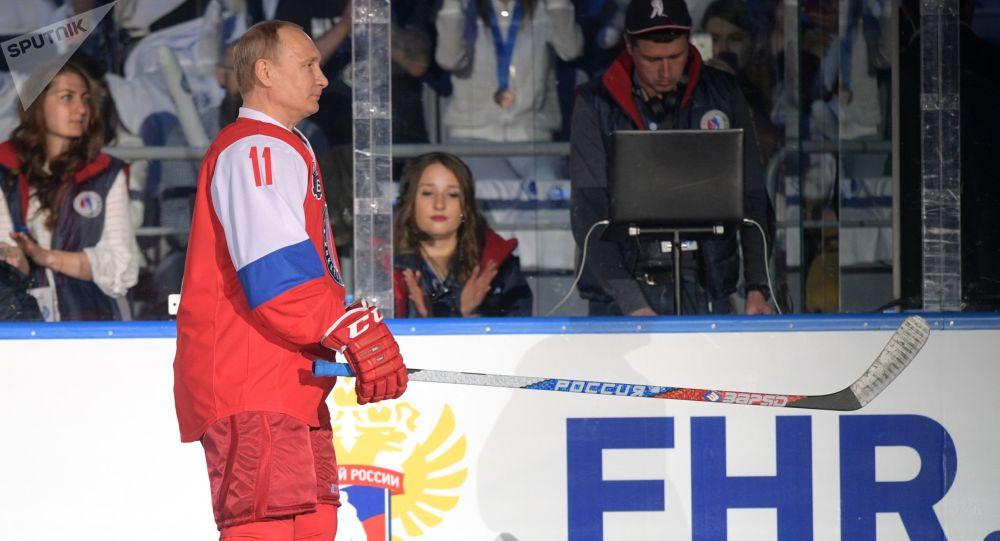 Ruský prezident Vladimir Putin hraje hokej