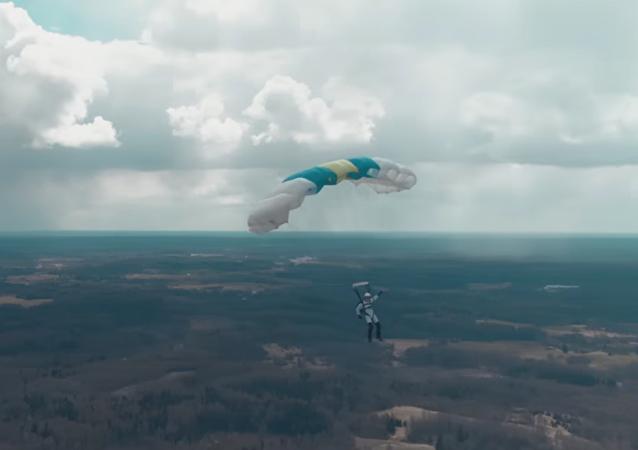 Lotyšský parašutista jako první na světě skočil z dronu