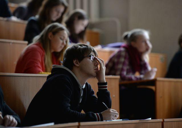 Mladí lidé v posluchárně (ilustrační foto)