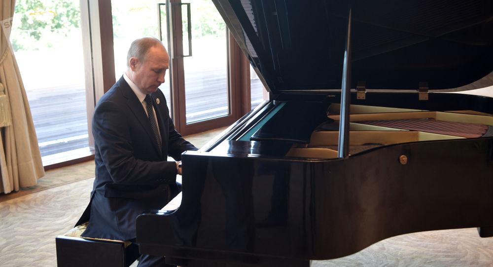 Prezident RF Putin si před schůzkou s čínským lídrem zahrál na klavír