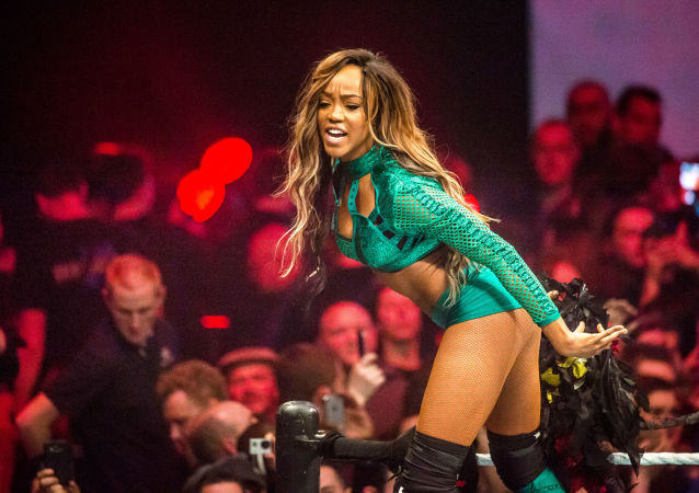 Herečka Alicia Fox na wrestling show WWE ve francouzském Lille