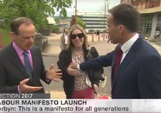 Moderátor BBC sahal ženě na hruď v přímém přenosu