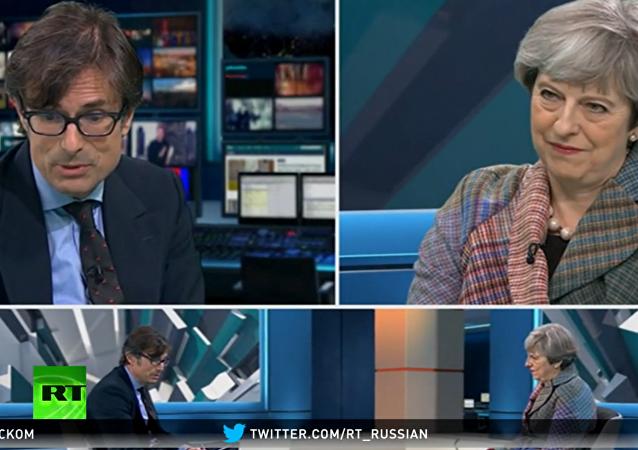10 disíc dislajků: britská premiérka dělala první přenos přes Facebook
