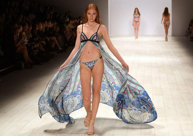 Modelka během ukázky kolekce Aqua Blu