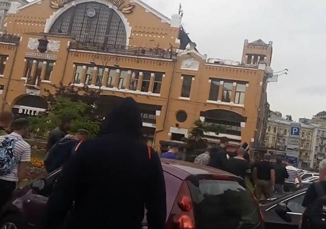 Radikálové hrozili, že kvůli drahé kávě zničí kavárnu v Kyjevě