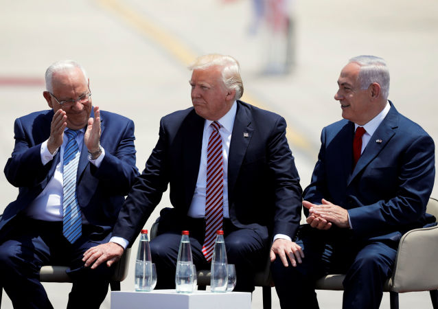 Izraelský prezident Re'uven Rivlin, americký prezident Donald Trump a  izraelský premiér Benjamin Netanjahu