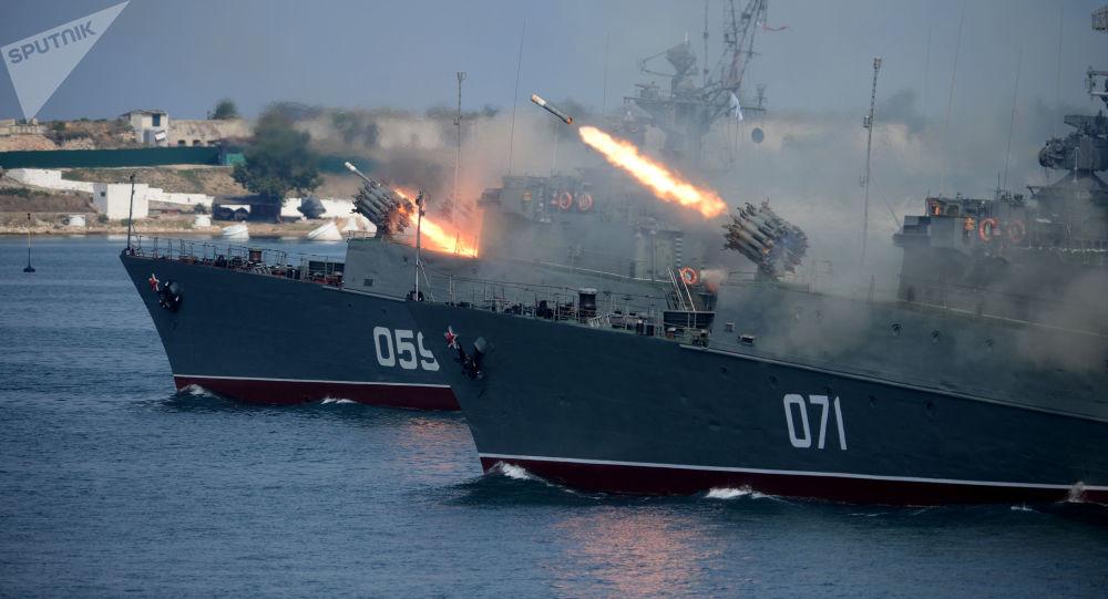 Lodě Alexandrovec a Suzdalec během zkošky v Sevastopolu