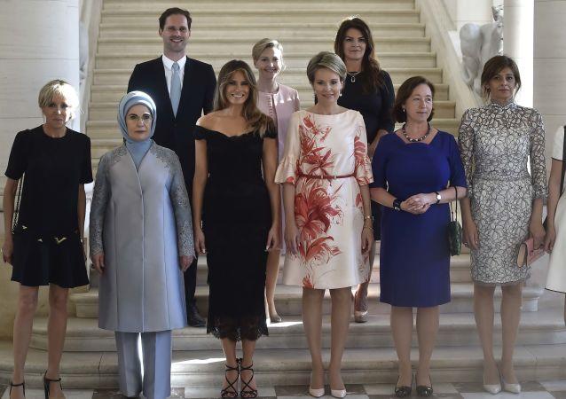 Manžel lucemburského premiéra se vyfotil s manželkami lídrů NATO
