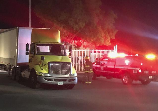 Američan s náklaďákem naboural do veřejného domu