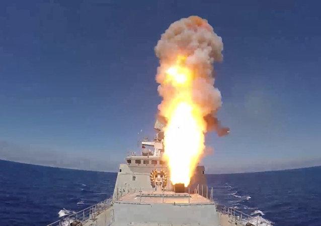 Ministerstvo obrany Ruska zveřejnilo video úderů Kalibry na bojovníky IS u Palmýry