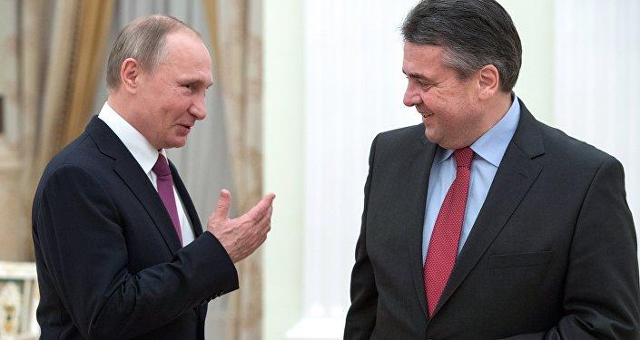 Ruský prezident Vladimir Putin a bývalý německý ministr zahraničí Sigmar Gabriel