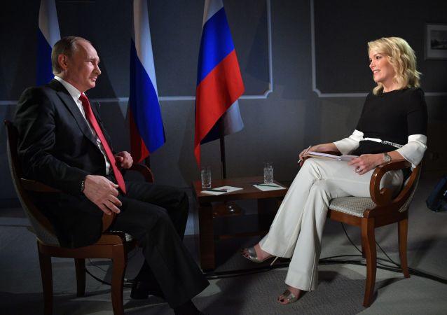 Ruský prezident Vladimir Putin a moderátorka televizního kanálu NBC News Megyn Kellyová
