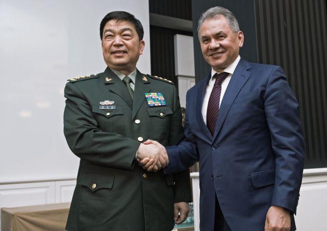 Čínský ministr obrany generálplukovník Chang Wanquan a ruský ministr obrany Sergej Šojgu
