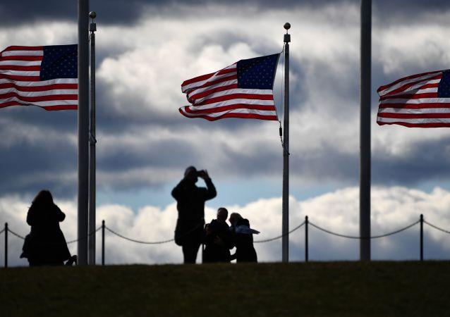 Turisté u Washingtonovova monumentu. Ilustrační foto
