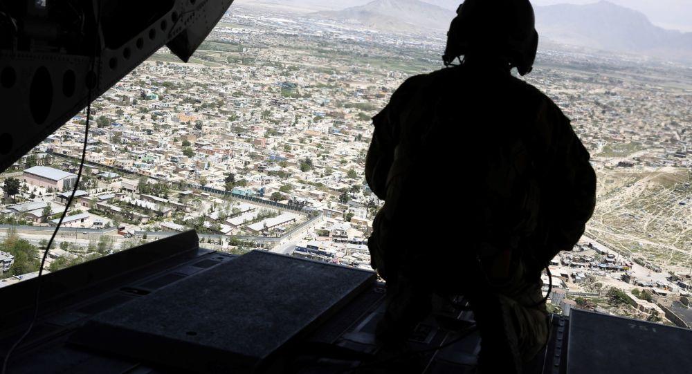 Americký voják ve vrtulníku nad Afghánistánem