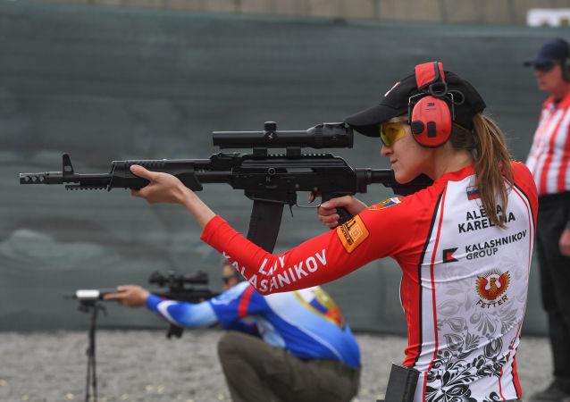 Aljona Karelinová vystupuje na prvním mistrovství světa v praktické střelbě z pušky