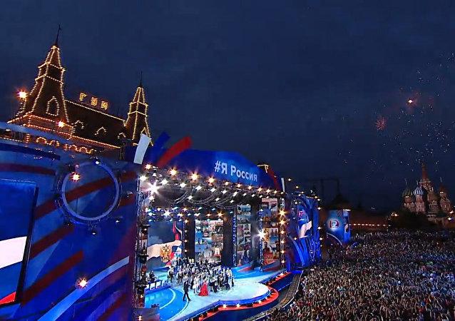 Barevný ohňostroj na Rudém náměstí ke Dni Ruska. Video