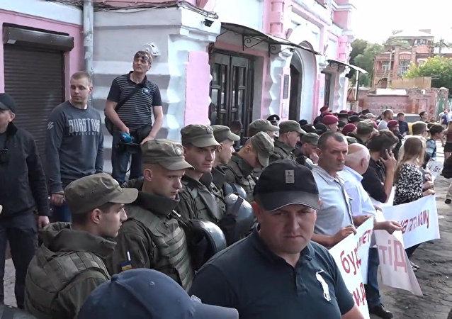V Kyjevě protestující proti LGBT vyvolali rvačku s policií