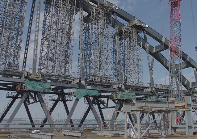 Montáž železniční arky Krymského mostu