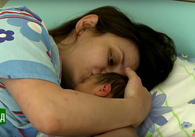 Novorozené Rusko. Přírozený porod za každou cenu (5. dil)