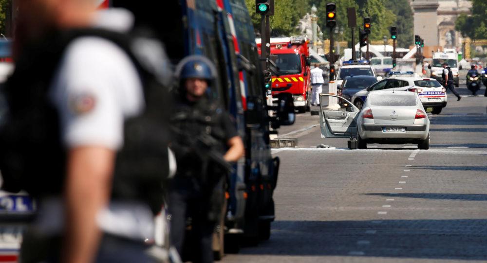 Policie evakuovala divadlo na Elysejských polích