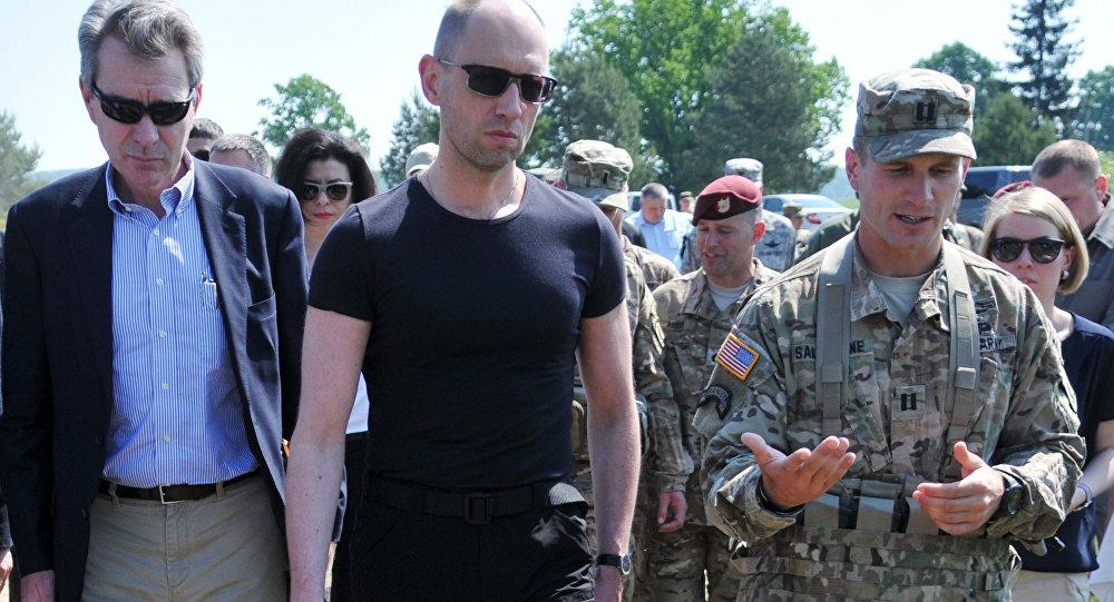 Ukrajinský premiér Arsenij Jaceňuk, vojenská cvičení Fearless Guardian - 2015