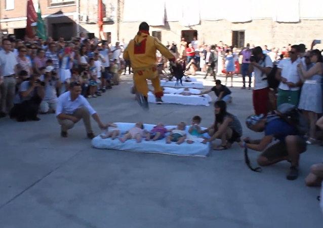 Skoky přes kojence: moderní festival ve Španělsku