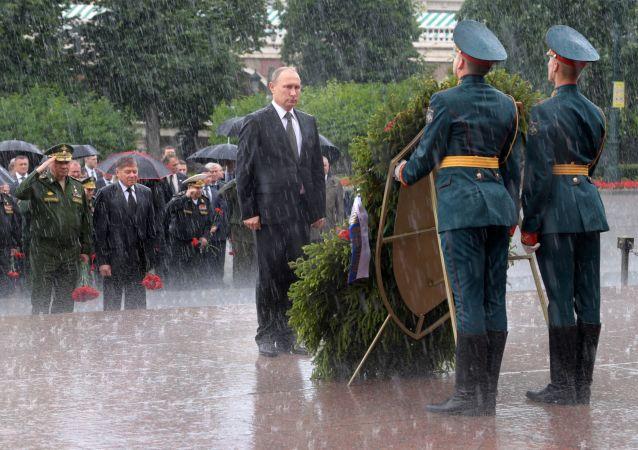 Putin položil v Den památky a smutku věnce ke Hrobu Neznámého vojína