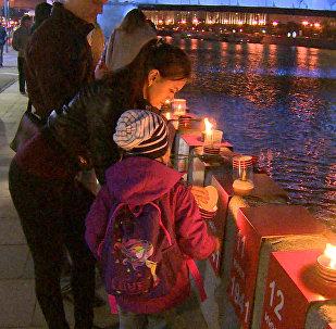 Podél Krymského nábřeží v Moskvě bylo zapáleno 1418 svíček