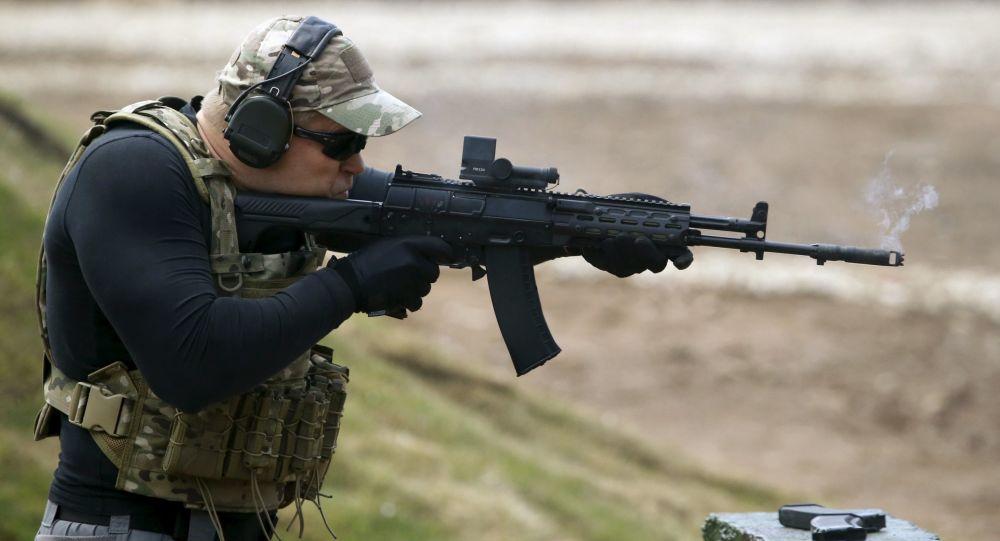 Voják střílí z AK-12