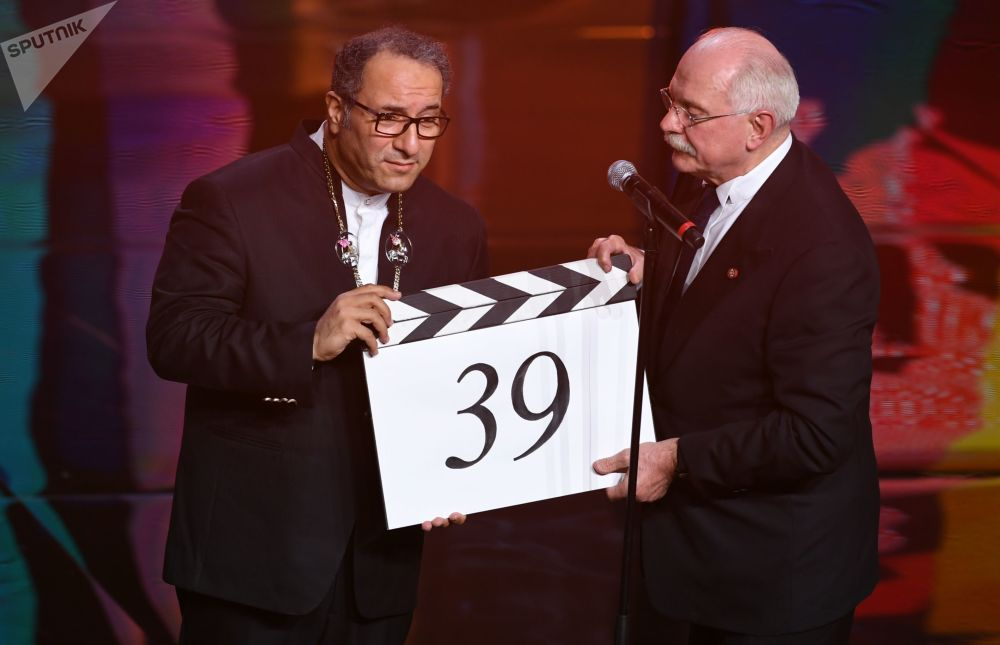 Íránský režisér a předseda poroty hlavní soutěže Reza Mirkarimi s ruským režisérem Nikytou Michalkovým během slavnostního zahájení Moskevského mezinárodního filmového festivalu