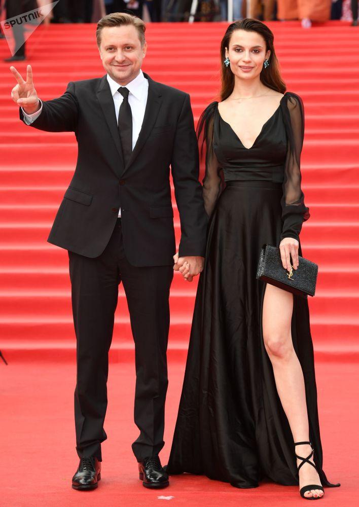 Herec, režisér Arťom Michalkov a herečka Polina Lebeděvová během slavnostního zahájení Moskevského mezinárodního filmového festivalu