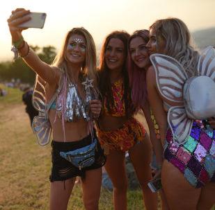 Dívky dělají selfie na hudebním festivalu Glastonbury v Anglii