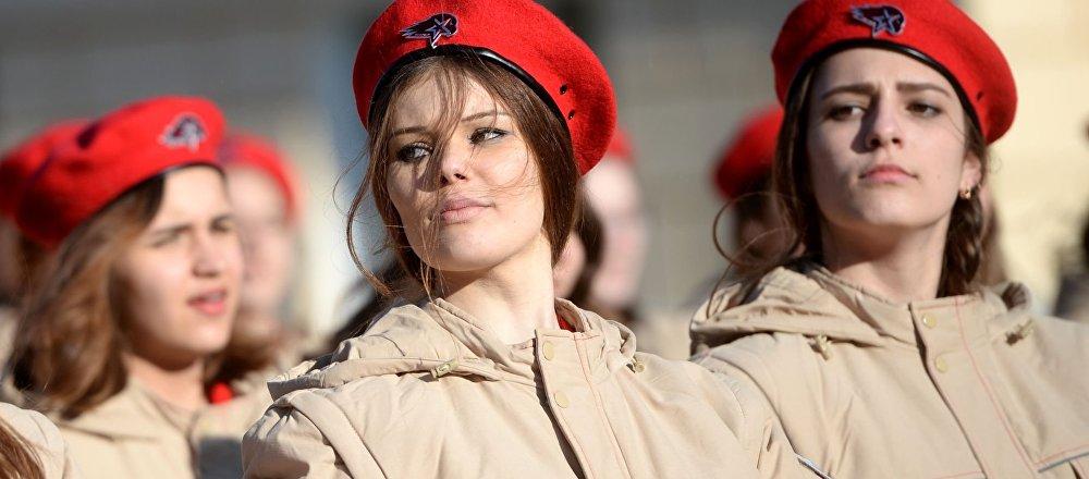 Účastníci vojensko-vlasteneckého veřejného hnutí Junarmija během příprav na zkoušku Přehlídky vítězství na cvičišti jekatěrinburského Suvorovova vojenského učiliště