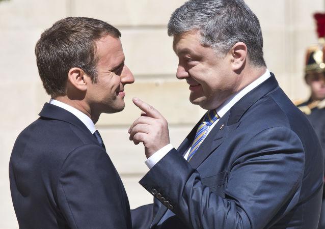 Prezident Francie Emmanuel Macron s prezidentem Ukrajiny Petrem Porošenkem v Paříži