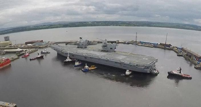 Britská letadlová loď Queen Elizabeth vyplula na první plavbu