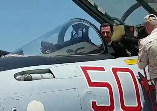 Asad si vyzkoušel roli pilota Su-35 na základně Hmeimim